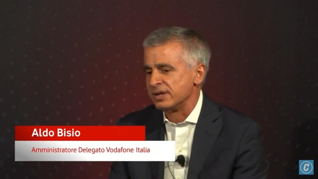 """Nell'indice #Desi l'Italia è penultima per competenze digitali. Bisogna ripartire da qui, la digitalizzazione sarà pervasiva per ogni attività umana. Oggi parlare la """"lingua digitale"""" è una condizione essenziale. - #AldoBisio, Amministratore Delegato @VodafoneIT #unalucenelbuio https://t.co/b4pVmwZARD"""