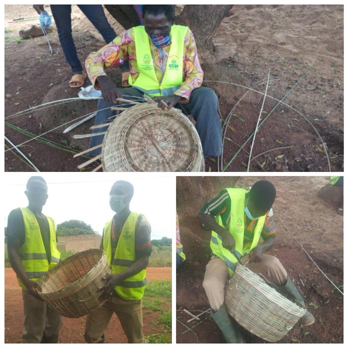 Les VEC de Mô 1 (Djarkpanga) ont appris à tisser les paniers, ce 21 juillet, afin de planifier leur insertion socioprofessionnelle.  #VEC #JeMengage #CRVCentrale #ANVT https://t.co/VKO8DhLEkR