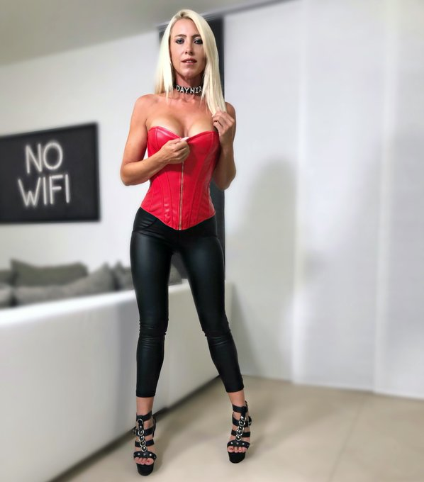 🖤 No Wifi ❤️ Einen tollen Abend wünsche ich euch Süssen 💋 #daynia #mydirtyhobby #leather #leatherpants