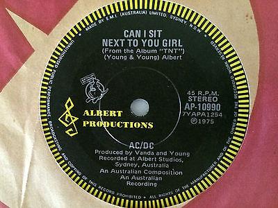"""Tal día como hoy #22Julio pero en 1974, se publica el sencillo titulado """"Can I Sit Next to You, Girl"""". Fue el primer sencillo de la banda de Hard rock AC/DC y fue el único con Dave Evans como vocalista. @ACDCfansnet @ACDCFans_ru @ACDCfans @acdcfans10pic.twitter.com/MV9vEcCySI"""