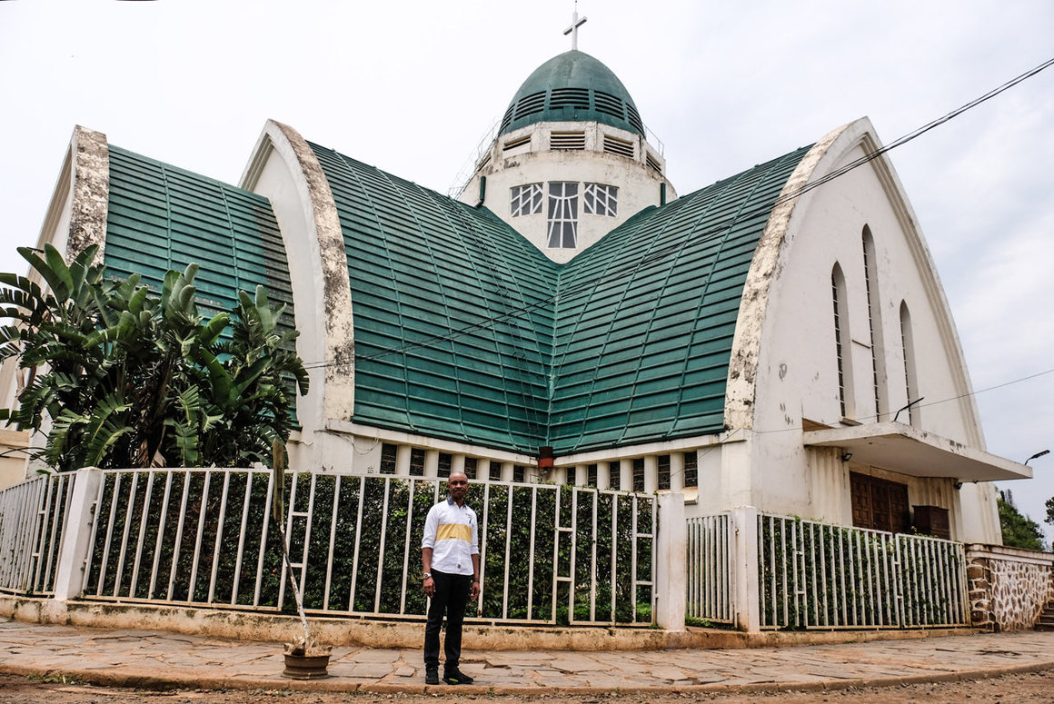 Did you know #Bukavu, our South Kivu HQ, is a world center of #ArtDeco #architecture? Tour these beautiful Congolese #StreamlineModerne buildings in photos by @Ensapu1, featuring an interview with our own operations manager Valéry Namuto  https://t.co/4ozUZ8NSYl https://t.co/yrLXVBYDiA