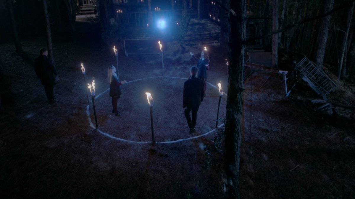 "#Legacies I want a scene, where the Twins talk with Hope about the Hollow transition to Klaus. I would love to see, when one of the twins says ""your dad loved u very much even we could see it"" #hopemikealson #lizziesaltzman #josiesaltzman #TheOriginalspic.twitter.com/wpkJrJ3A9I"