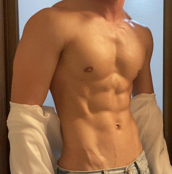 Yシャツを着ているとわからない?着痩せする男性!