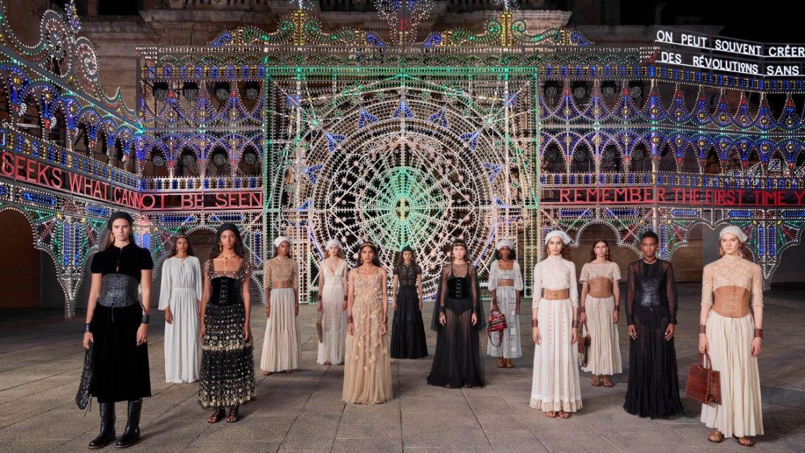 Con la Piazza del Duomo situada en la ciudad Lecce (Puglia) como escenario, la maison francesa Dior presentó una colección con colaboraciones de artesanos → https://t.co/FJW4JfFVOE https://t.co/4i55CQlnVT
