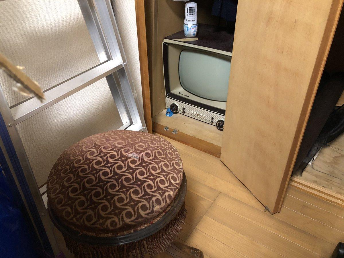 ヴィクタン舎の倉庫?基地?を手放す予定なので、過去の私の遺品達を整理。テレビと東芝ラジオは処分かな?