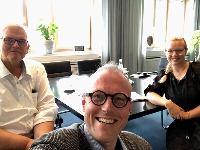 "Vielen #Dank an den #Regierungspräsidenten Hans-Josef Vogel <a class=\""link-mention\"" href=\""http://twitter.com/rpArnsberg\"" target=\""_blank\"">@rpArnsberg</a> für ein tolles #Gespräch und die Zusage, #Botschafter unseres #Schülerforschungslabors  zu werden 🥳 #Arnsberg #MINT #Schule #Lernort #Licht <a class=\""link-mention\"" href=\""http://twitter.com/BezRegArnsberg\"" target=\""_blank\"">@BezRegArnsberg</a> <a class=\""link-mention\"" href=\""http://twitter.com/LichtforumNRW\"" target=\""_blank\"">@LichtforumNRW</a> <a href=\""https://t.co/tpap2VI1BC\"" class=\""link-tweet\"" target=\""_blank\"">https://t.co/tpap2VI1BC</a>"