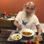 日本から送ってもらったサッポロラーメンを食べたというミッキー・カーチスさん!食べているのはカレーですが!