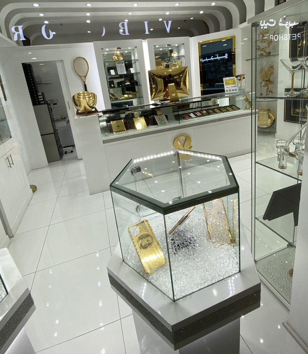 ¡No os perdáis la tienda que nos acabamos de encontrar en Dubái! ¿Alguna vez habíais visto un iMac de oro? 😂 #Apple https://t.co/WwYZCr6Bzy