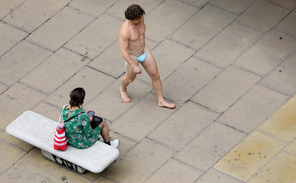 Man parades down Oxford Street wearing nothing but mask https://t.co/6GhntcU1a4 https://t.co/Pm9D3LeNtP