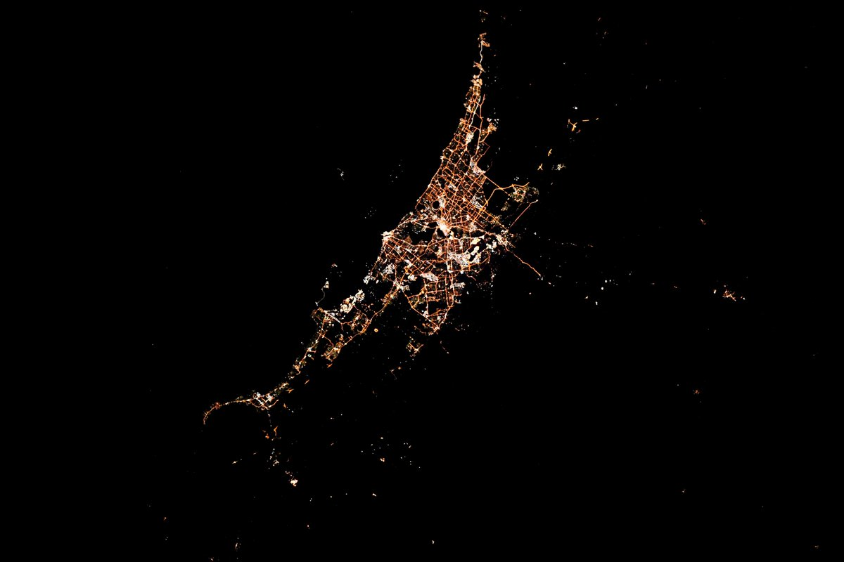 Perth Australia at night. The land outside the city seems as dark as the Indian Ocean. And, thanks @astro_Pettit for encouraging all of the @NASA_Astronauts to pursue images of cities at night!