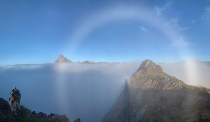 Vaya lujo de atardecer. Cuántos matices en una sola fotografía...incluso se ve el Midi d'Ossau 😂🌋 #halo #espectrodebrocken #puravida #pirineos