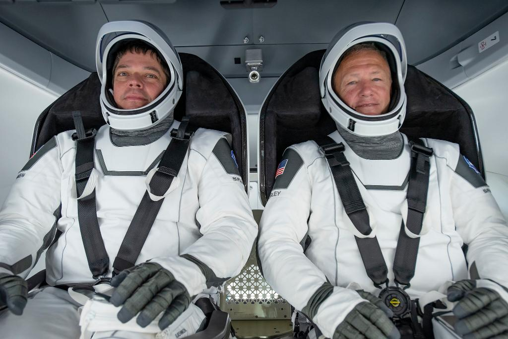 """Mark your calendar! 📅  We will provide live coverage the return of @AstroBehnken & @Astro_Doug to Earth in @SpaceX's Dragon """"Endeavour"""" spacecraft. They're scheduled to leave the @Space_Station at 7:34pm ET Aug. 1 & splash down at 2:42pm ET Aug. 2: https://t.co/D4kXtfPmZw https://t.co/mnW8b1ZrzJ"""