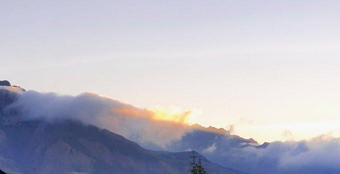 El viento norte acumulaba nubes bajas cerca de la vertiente Francesa ayer por la tarde en el #ValledeTena #Pirineos.