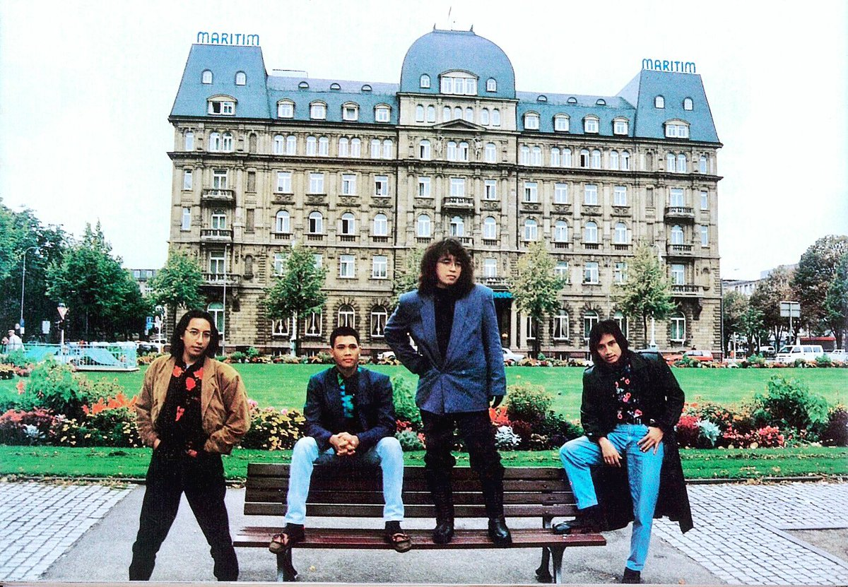 ketemu foto harta karun lagiii.. KLa in Europe 1992 as The Winner of BASF Award.. suka yg manaa? 😄😄🤣🤣semoga berkenan 🙏🙏🙏 Selamat malam minggu... #klaproject #katonbagaskara #eropa #musikindonesia #musik90an