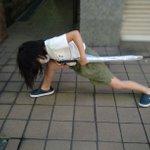 最近の小学生の流行?!傘を持つと雷の呼吸 壱の型のポーズをするらしい!