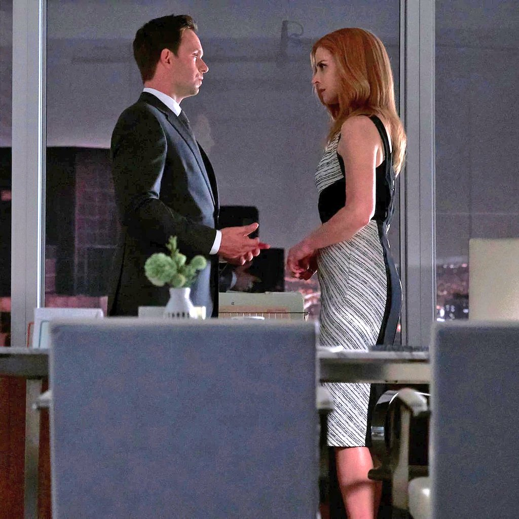 """MikeRoss DonnaPaulsen Suits (Photos: SuitsUsa / MichaelSmith on Twitter) マイクとドナ S7のシーン+BTS Mike to Donna: """" Tell Harvey how you feel. """" マイクは天使でキューピッド♡ pic.twitter.com/c85HHyjlgc"""