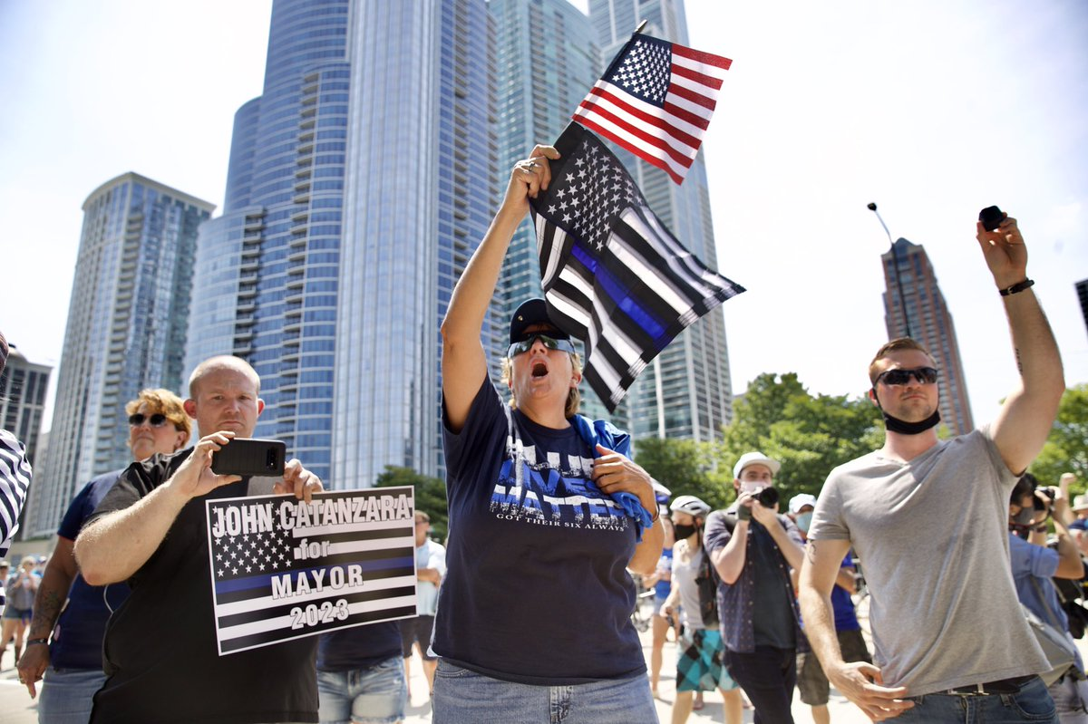"""After an anti Christopher Columbus statue protest turned violent and injured dozens of protestors and police — """"Blue Lives Matters"""" supporters are here to show solidarity for CPD. The statue has been """"temporarily removed"""" at the request of  @chicagosmayor  #ChicagoProtests  #BLM"""