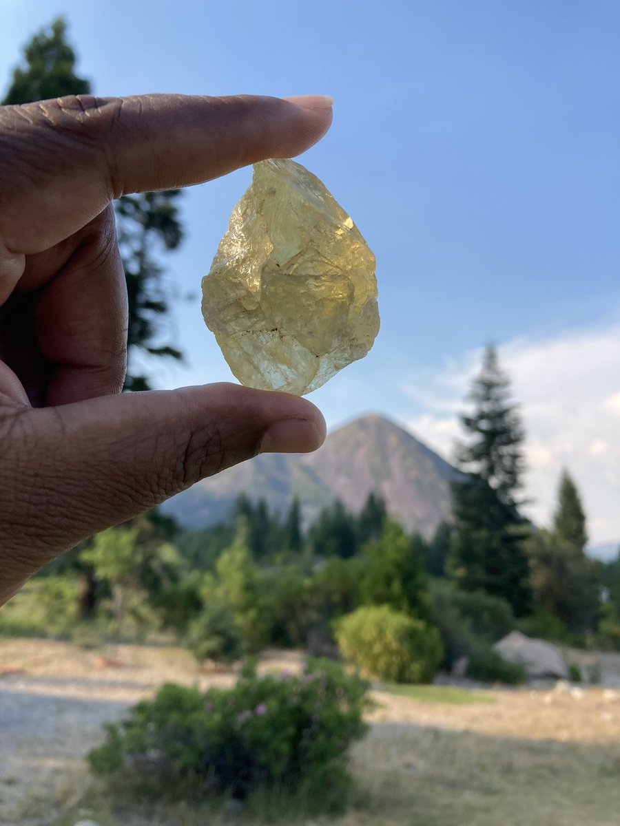 "When you need ""pick me up"" grab a little CITRINE. Positive vibes Only! #thehappystone https://t.co/tfk5DnWJr0 🌹 . #roseandowl #citrine #goodvibes #greatintentions #intentionschallenge #positivity #meditation #boutiqueshopping #boutiqueroseandowl #chakraalignment https://t.co/8nQhkimWLh"