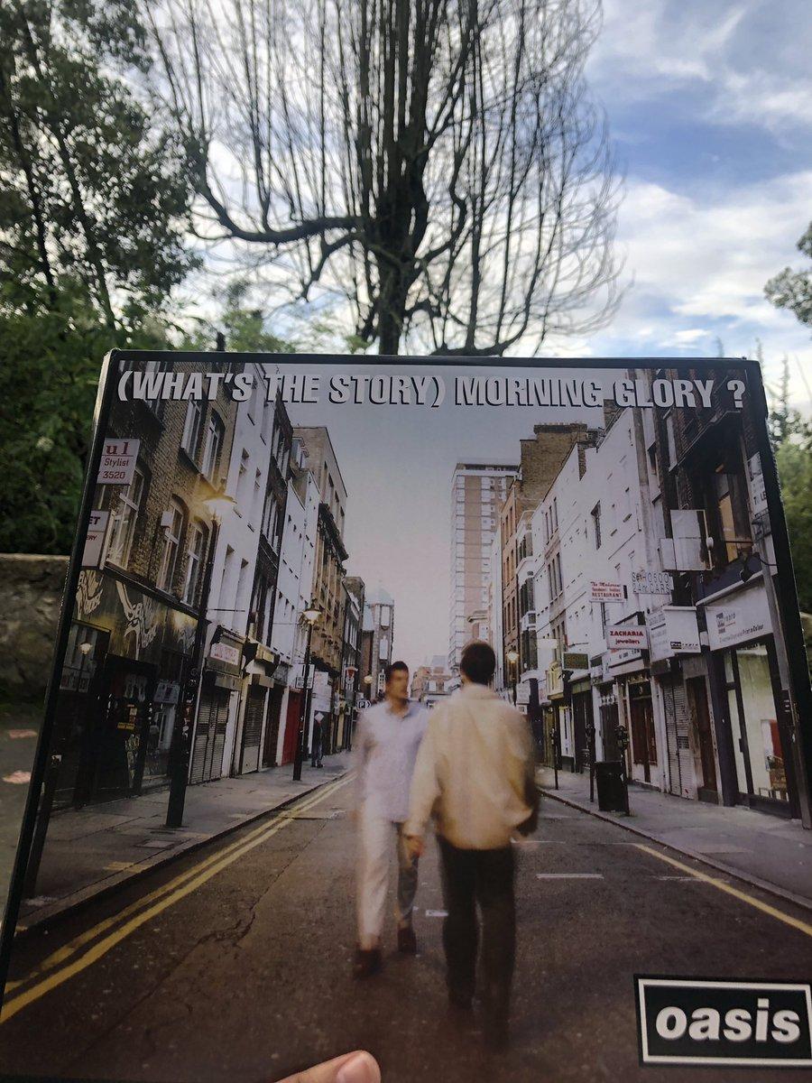 Lo mejor del tiempo libre es escuchar mis discos  Aquí el nuevo: #Oasis.   #MyVinylCollection #Vinylpic.twitter.com/PsapUzsr4j