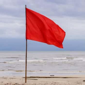 RT @RBDenHaag: Op het gehele Haagse strand is de rode vlag gehesen. Inmiddels zijn meerdere mensen uit zee gered. https://t.co/VA0niAOu3I