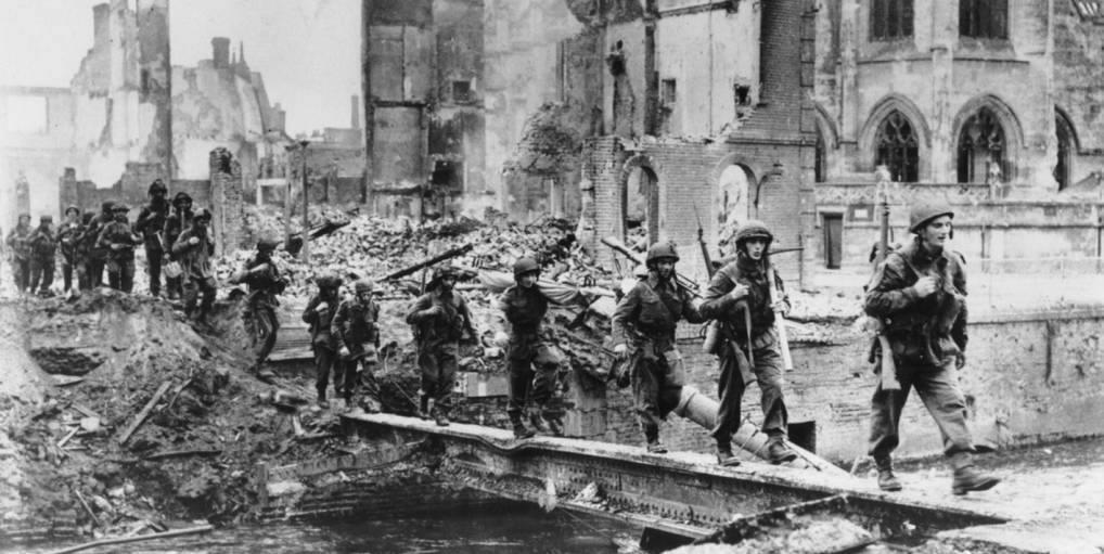 [#DDay76] 🇬🇧 #OTD August 24, 1944: elements of the 6th (GB) Airborne Division cross the Touques at Pont-l'Evêque, Normandy, France.  [#DDay] 🇫🇷 24 août 1944: des éléments de la 6th (GB) Airborne Division traversent les vestiges du pont sur la Touques à Pont-l'Evêque.  📸IWM #WW2 https://t.co/FqdVzAfO4e