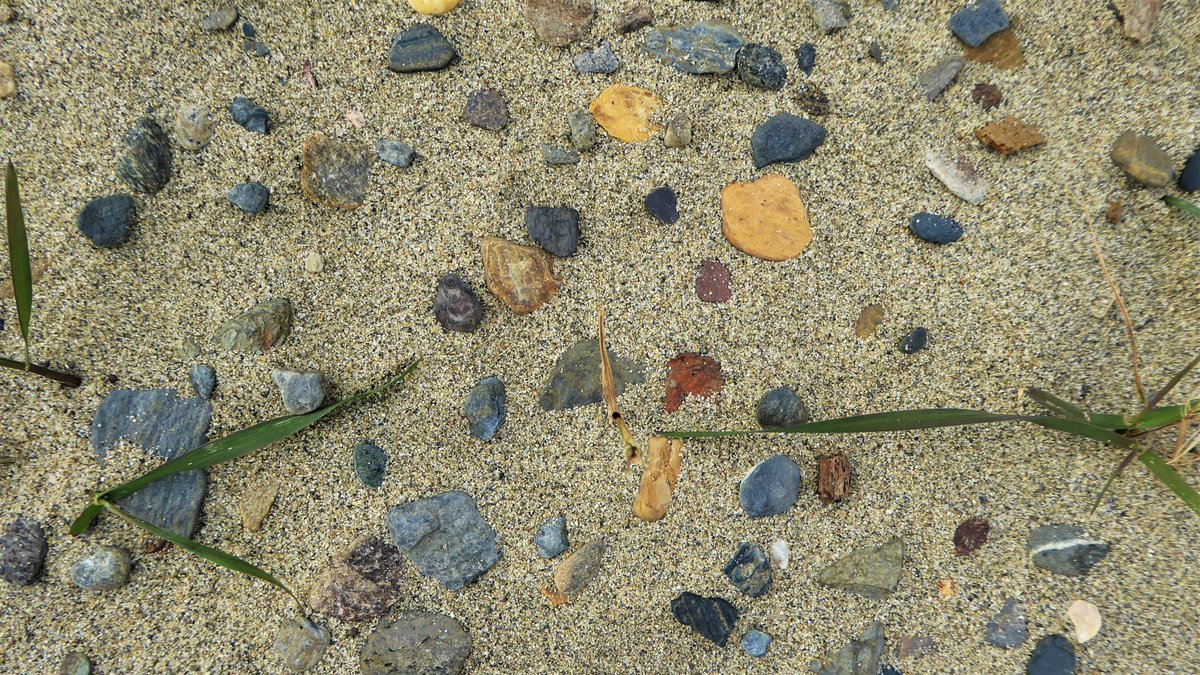 The colour of stones after a summer rain.  #sand #blue #rocks #colourpic.twitter.com/PkILw4OgsQ