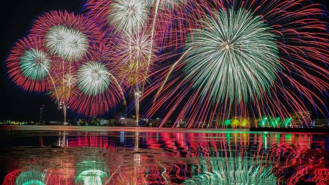 数年前に琵琶湖で撮った花火大会の写真。早く普通に戻りたいなぁ #fujifilm_xseries pic.twitter.com/ffQ8vne3aV