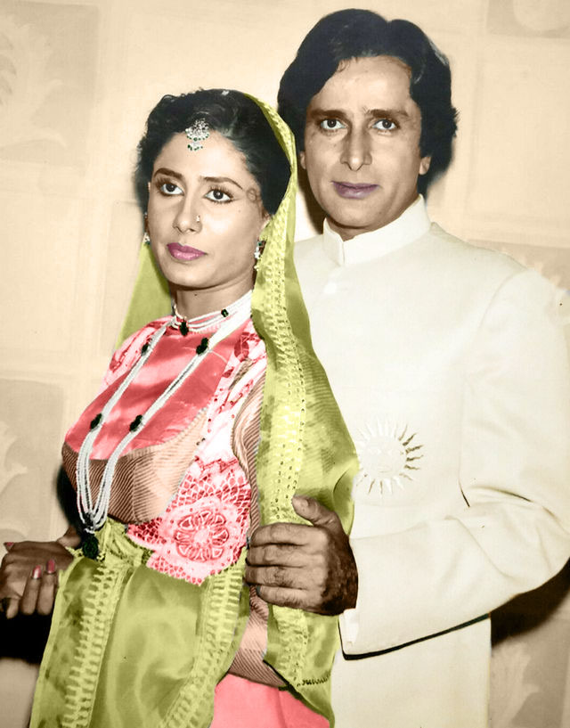 Tohfa Kabool Hai Hamein Sarkar Aapka Le Aaya Phir Wahin Hamein Lo Pyar Aapka....Shashi Kapoor and Smita Patil clicked during Ghungroo (1983)  #ShashiKapoor #SmitaPatil #BollywoodFlashback  @sanjnawithjunoo @prateikbabbarpic.twitter.com/XTxAlJyVeP