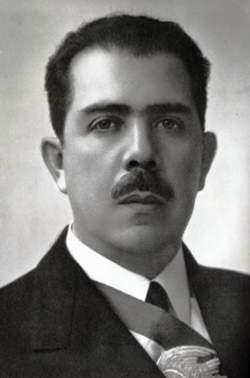 """1935. Lázaro Cárdenas. """"No puede existir democracia política mientras no se imponga la democracia económica."""" ¡Madres! https://t.co/eUDmR3tVpP"""