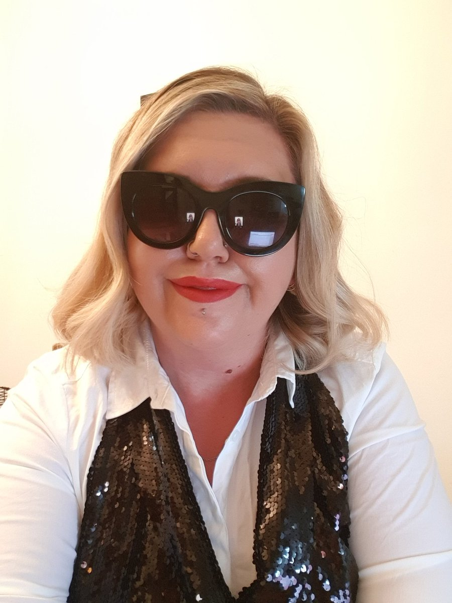 Channeling my inner Moira Rose today for the company meeting! @SchittsCreek #MoiraRose #FancyDressFriday https://t.co/DfPKdJngE1