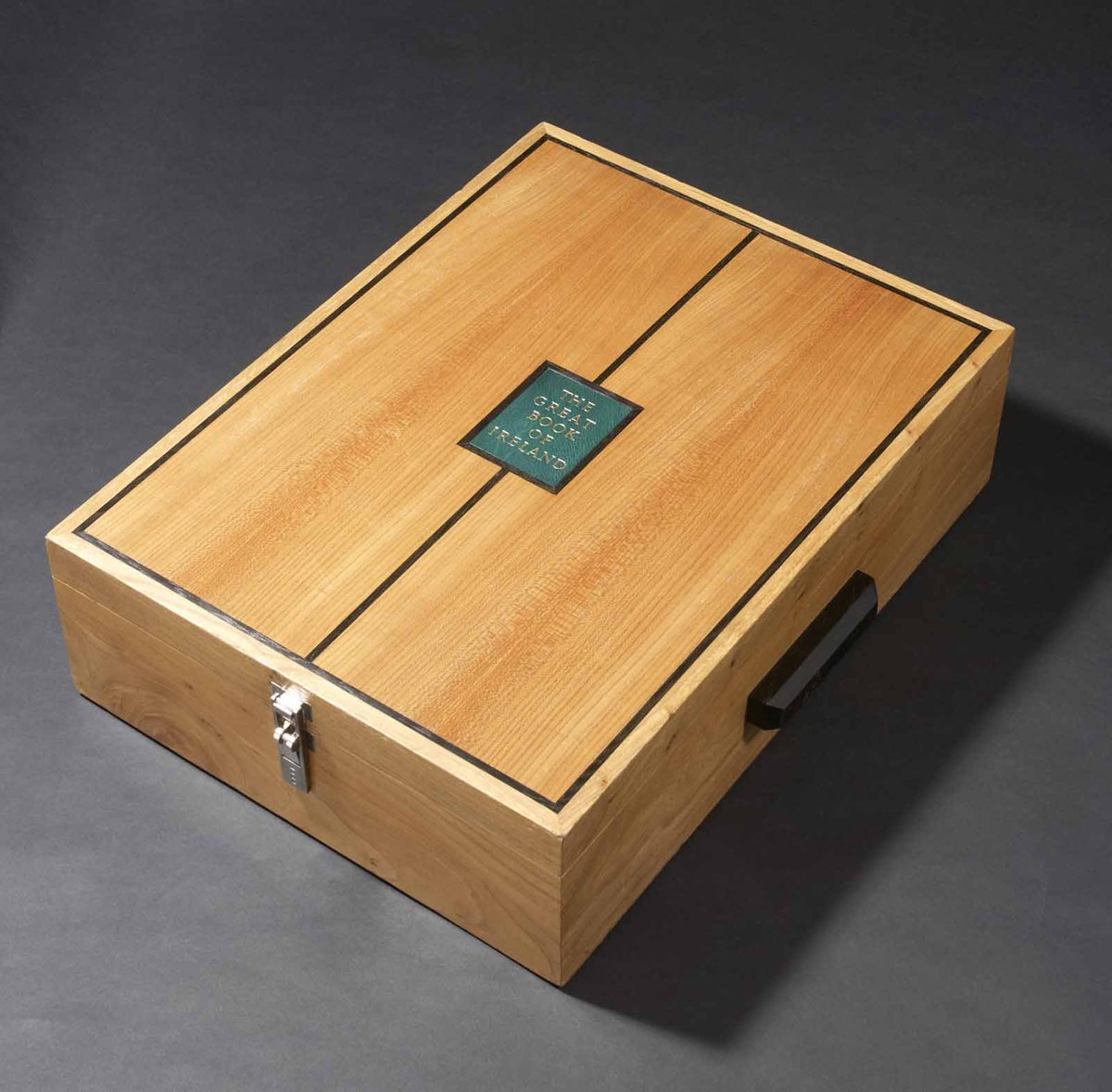 A pressure box of elm from the grounds of Yeats' Thoor Ballylee with bog oak detail was made by Eric Pearse to host The Great Book of Ireland, made to a specification by Roger Powell.   Watch the @RTEOne documentary on The Great Book of Ireland on Thursday August 20 https://t.co/r3srlwxSVU