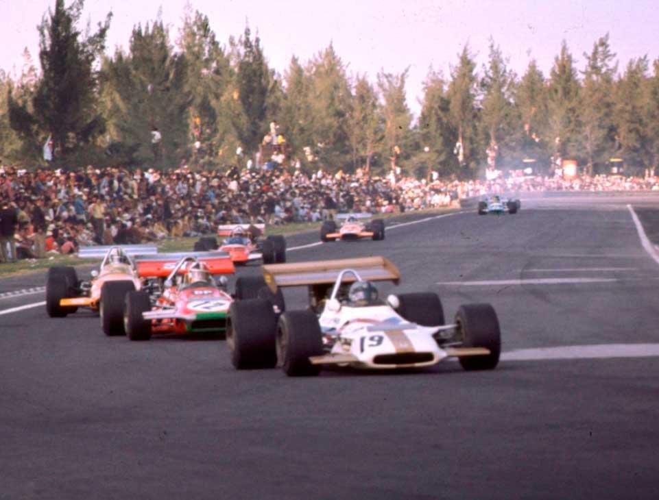 Pedro Rodríguez seguido de Chris Amon en el Gran Premio de México de 1970 en el Autódromo Hnos. Rodríguez  #mexicogp #ahr https://t.co/gogpoJ0VUS