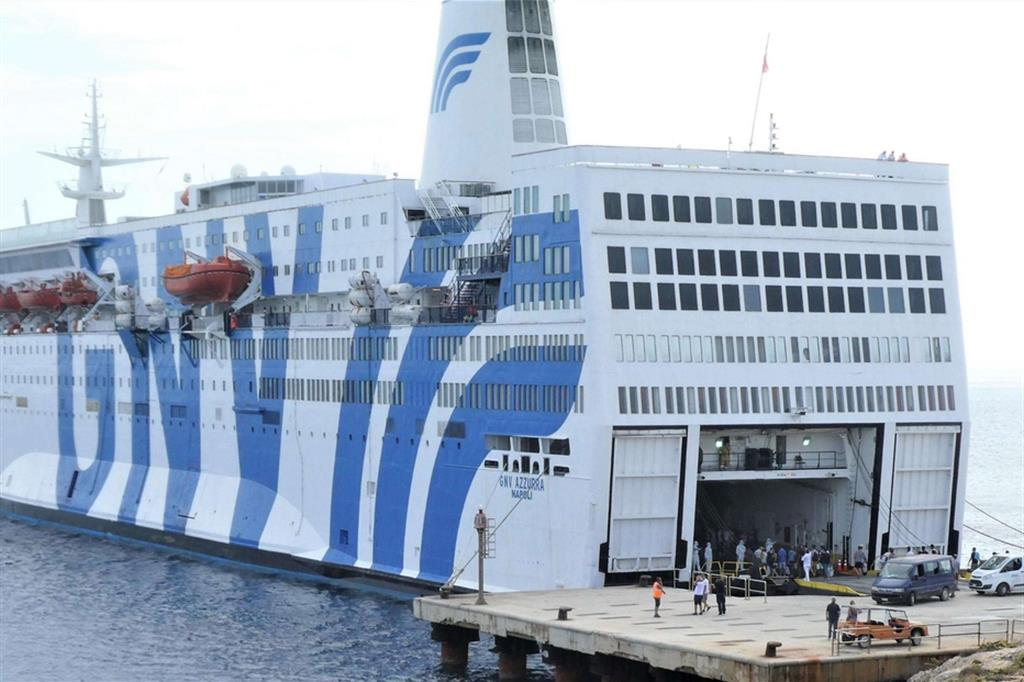 Attracca a #Lampedusa la nave quarantena #Azzurra. Trasferiti a bordo 350 migranti. Migliora la situazione dell'hotspot ma è ancora alto il numero delle persone ospitate https://t.co/JemQShZdsY