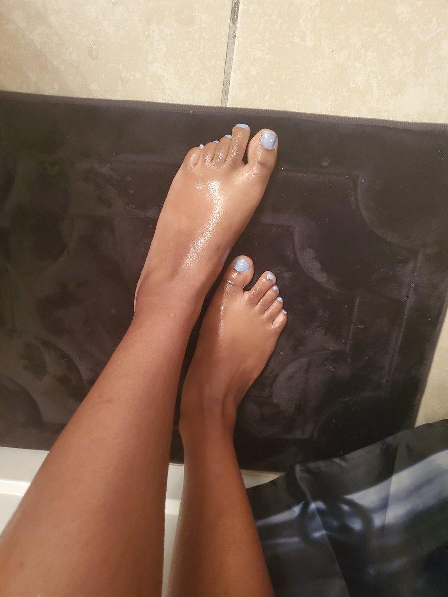 After a lovely shower #feet #footfettish #feetview #pretty #nails #nailpolish #toes #anklespic.twitter.com/pFcdnzqSjX