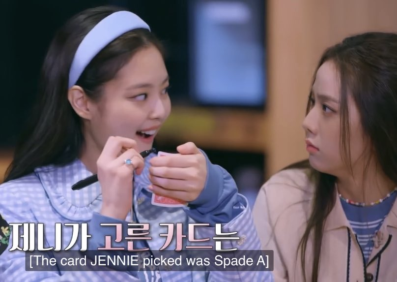please this photo sequence of jennie and jisoo are so sdghjkl 😂 their face lol @blackpink
