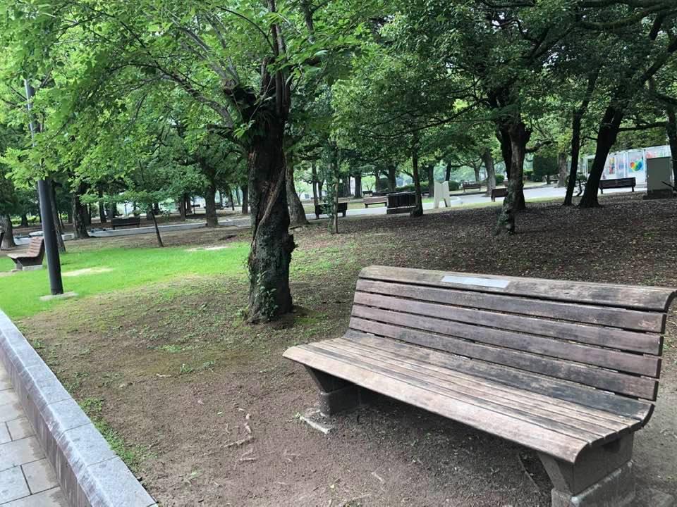 ちなみに、だけど、広島平和祈念公園のベンチは、すべてこの形。日本中に増殖しているホームレス排除のための仕切り付きベンチなど一つもない。それだけでもほっとする。