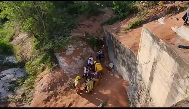 Trailer sufre volcadura en la carretera de Guamuchil y el chófer cae a un canal. http://dlvr.it/RdDKGl #Angostura #Guamuchil #Sinaloapic.twitter.com/0qsZib37kp