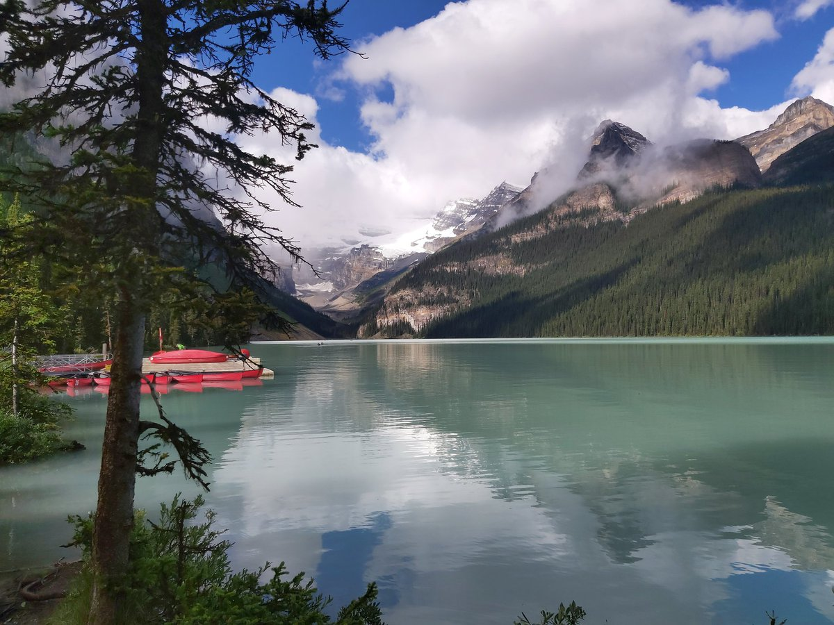 Glacier fed lake #Stunning pic.twitter.com/GnYKhR5jz8 – at Chateau Lake Louise