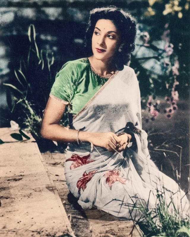 Gorgeous Nargis ji in this lovely vintage pic. Good Morning! #Nargis #BollywoodFlashback #Vintage #GoodMorning   @duttsanjay @PriyaDutt_INCpic.twitter.com/UnDFR48pVI