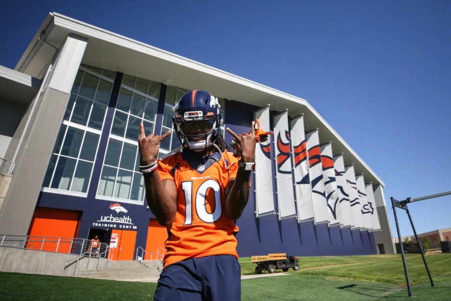 (WATCH) Highlights of #Broncos QBs', Rookies' First Practice in Helmets   (Photo: @Broncos)  https://www.si.com/nfl/broncos/news/watch-highlights-of-broncos-first-practice-in-helmets-x6VJwx5PfUKfke8HBCZzwQ …pic.twitter.com/EAnsQHG3mR