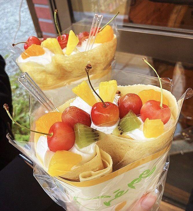長野県軽井沢にあるお店「珈琲黒庚(コーヒーコクラ)」の、もっちもちの生地にフルーツがギッシリ詰まった絶品クレープ✨