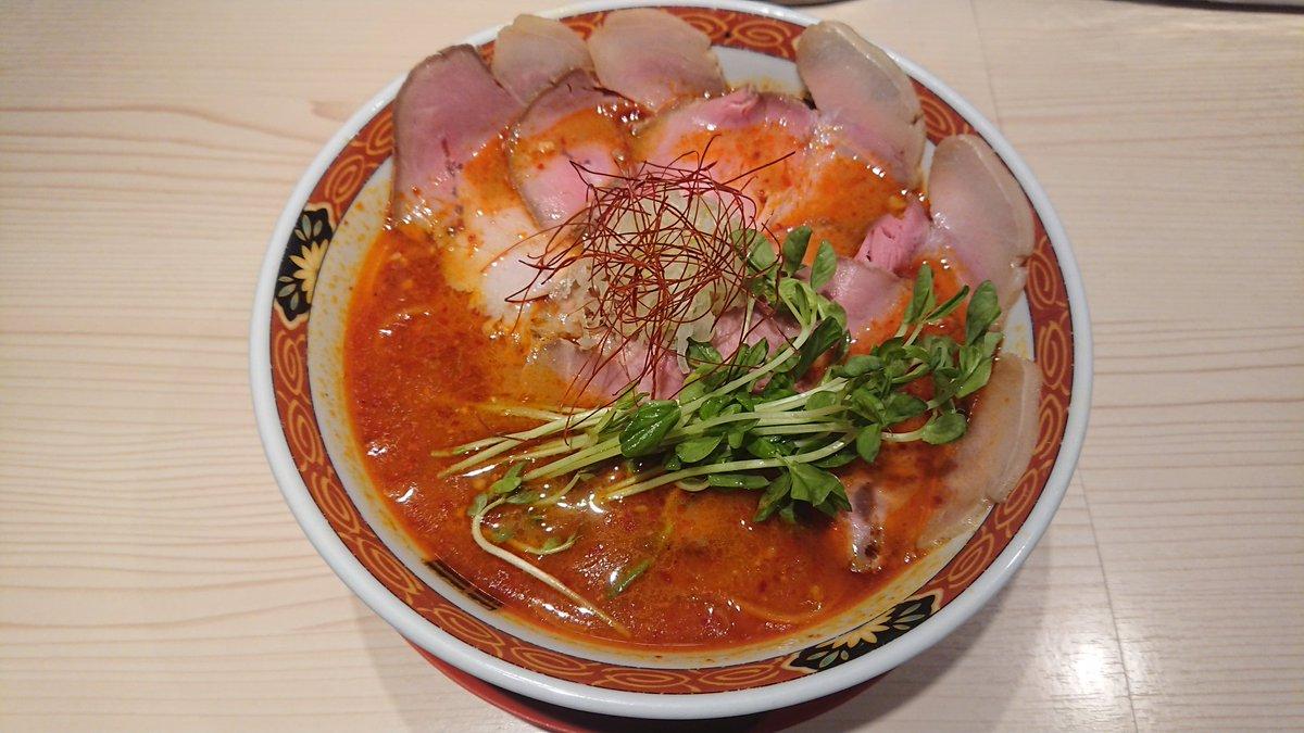 辛味噌らーめん+チャーシュー@YAMACHAN。挽き肉と玉葱の旨みが溶け出したスープ♪風味良い味噌に自家製ラー油のコクが相まって旨辛♪麺は中太縮れでモチモチワシワシいただけスープとの相性も抜群♪レア肩ロースは赤身と脂身のバランス良くしっとり旨い♪皮パリ・餡ジューシーな餃子も美味☆