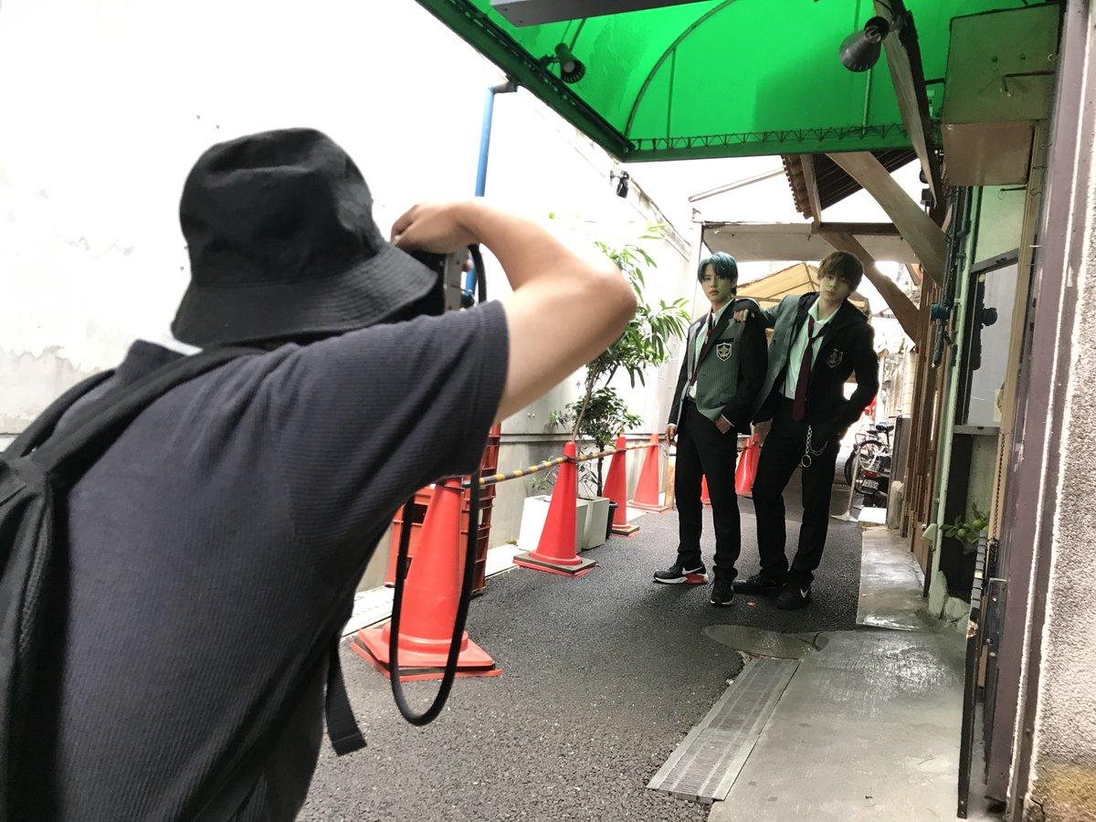 大阪でJO1の河野純喜さん、鶴房汐恩さんの撮影。路地裏でパチリ。かっこいい!8月28日発売のGOOD ROCKS!にて。