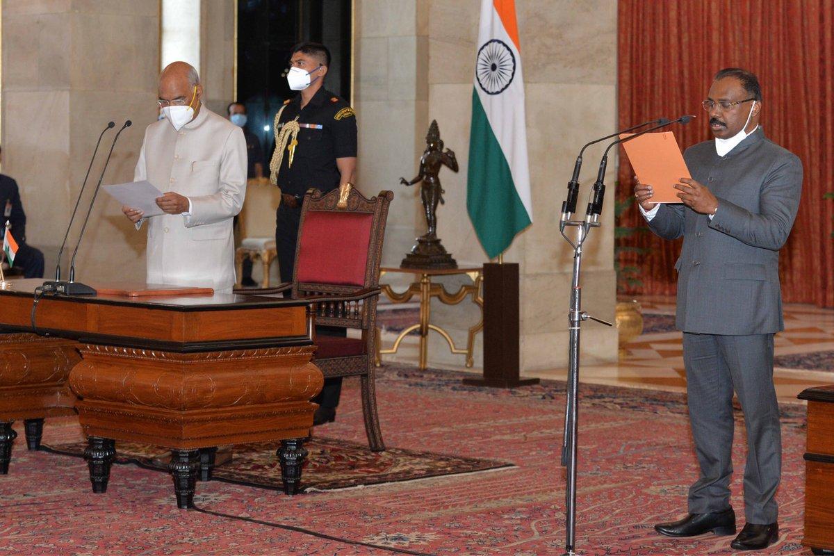 Shri Girish Chandra Murmu sworn in as the Comptroller and Auditor General of India at Rashtrapati Bhavan. https://t.co/qIRcc3rULa