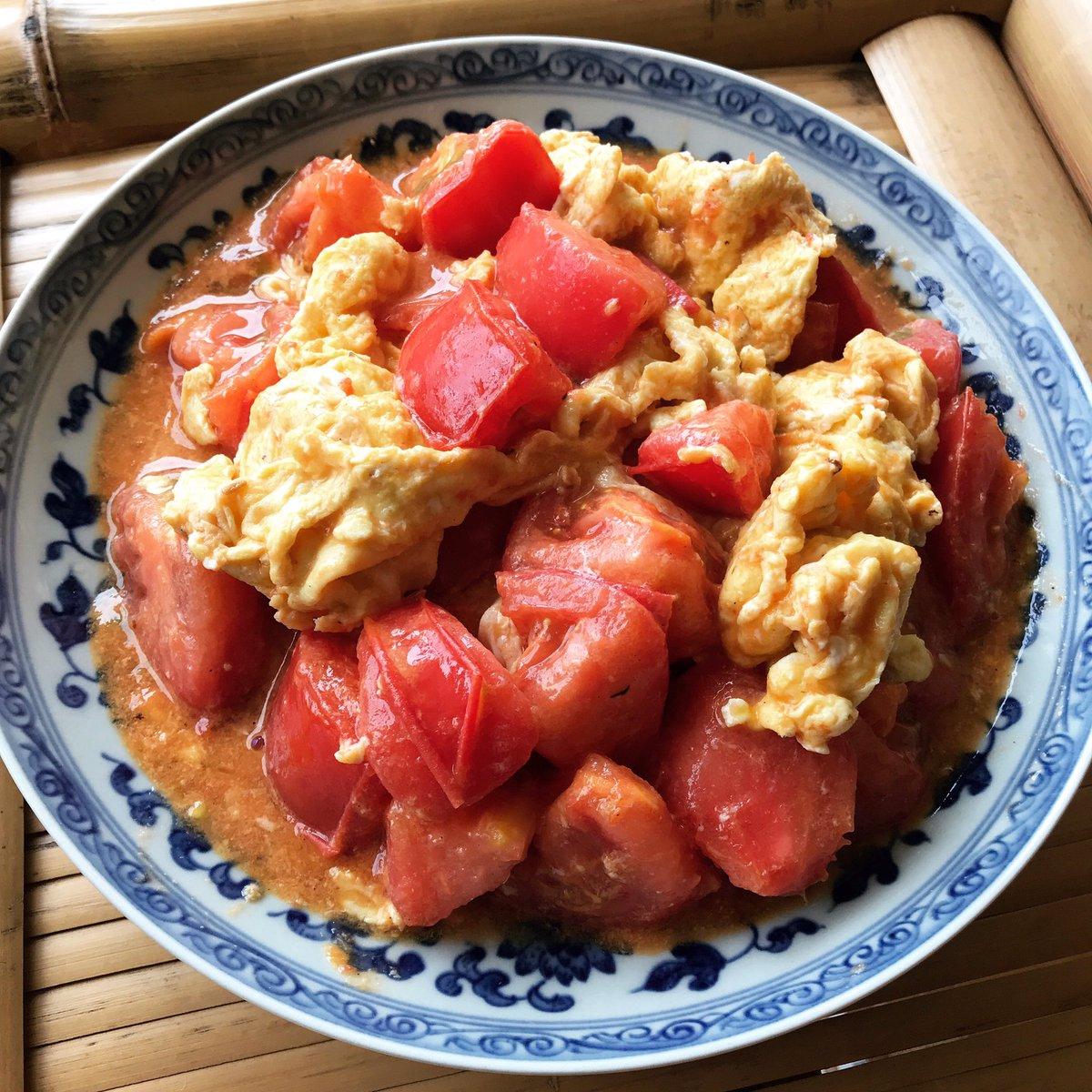 この料理を知らずしてトマトの旨さを語ることなかれ、の西紅柿炒蛋(トマトの卵炒め)。中国では誰もが知る定番で、家庭ごとにレシピがある勢い。どう作っても旨くはなるが、僕は卵を先に炒めて味付けは最小限に絞る派。トマトが熟する夏の今、一番美味しい料理。ご飯やうどんにぶっかけても最高。