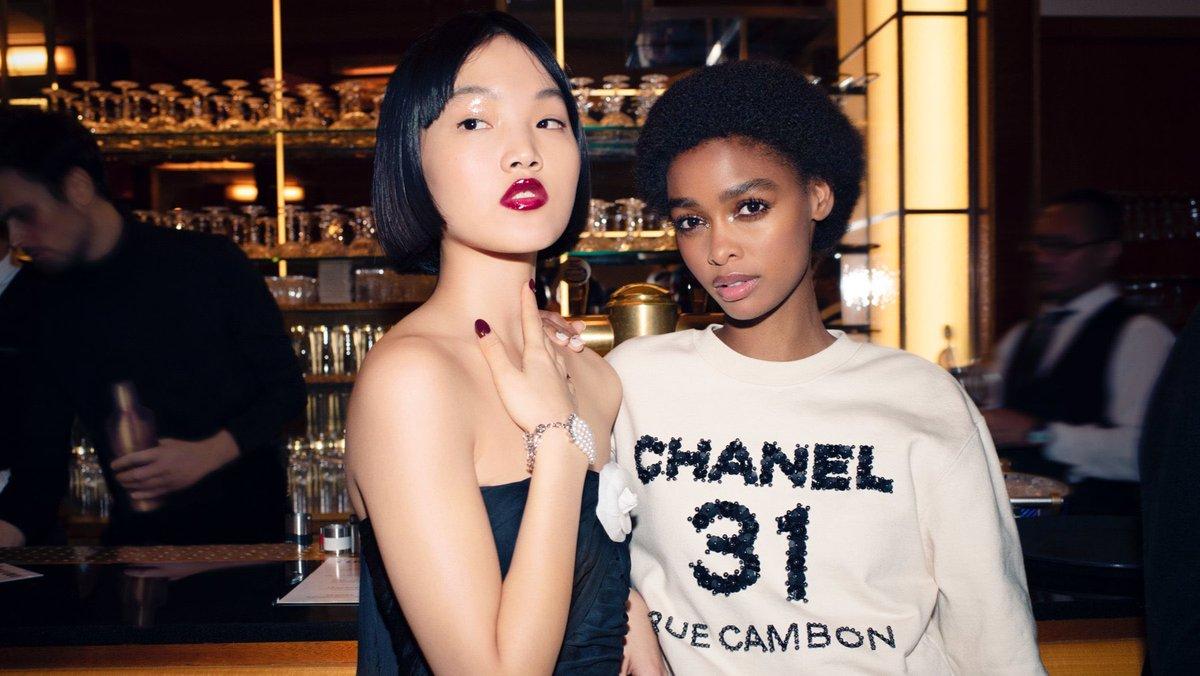 Campagne pour la collection #CHANELMétiersdArt 2019/20 Paris – 31 rue Cambon, imaginée par #VirignieViard et photographiée par Melodie Mcdaniel. Actuellement en boutique #CHANEL. 👉  L'héritage de Coco Chanel #espritdegabrielle