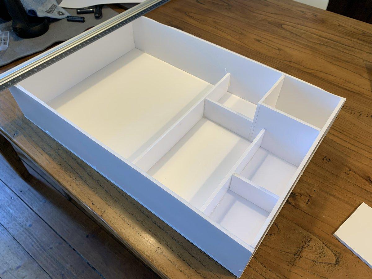 Kleines Zwischenprojekt: maßgeschneiderte Einlage für die Schreibtischschublade. Kartonpappe, Messer, Heißkleber. #workinprogress https://t.co/TMW8clwcGs