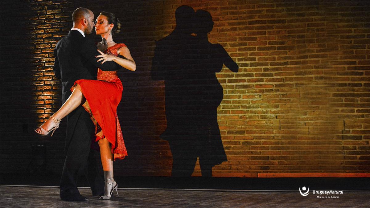 """💡 ¿Sabías que Uruguay es la cuna del tango más conocido del mundo? 🎻 """"La Cumparsita"""", compuesta por un estudiante de arquitectura, tiene su origen en Montevideo. 🇺🇾 Uruguay, pequeño país lleno de arte e historia. ¡Te llevamos! ✈️👉 https://t.co/rhE8aFRfRI https://t.co/68YOn4WhWY"""