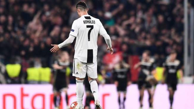 La @juventusfc dice addio alla #ChampionsLeague. Ronaldo regala la vittoria sul Lione ma non basta e alla fase finale passano i francesi. Sarri ora in bilico. E stasera a Barcellona, il Napoli cerca l'impresa   Al #Tg2Rai delle 13.00 del #8agosto https://t.co/YlBR5R8rHA