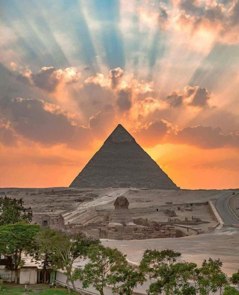 Pyramid of Gzia with god rays #pics pic.twitter.com/O2kniT5CdE